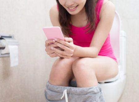 Cellulare in bagno: ecco perché fa male usarlo anche li!